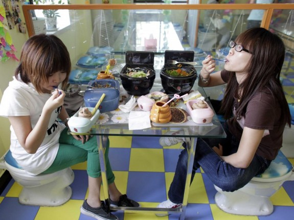 toilet restaurant 12 575x431 Toilet Restaurants Aim for a Crappy Experience