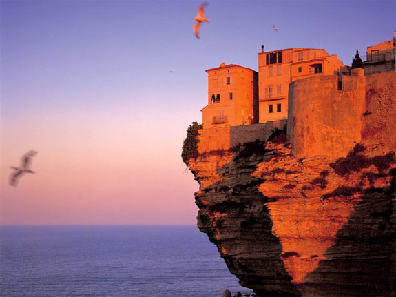 bon2 5 Amazing Towns on Perilous Cliff Sides