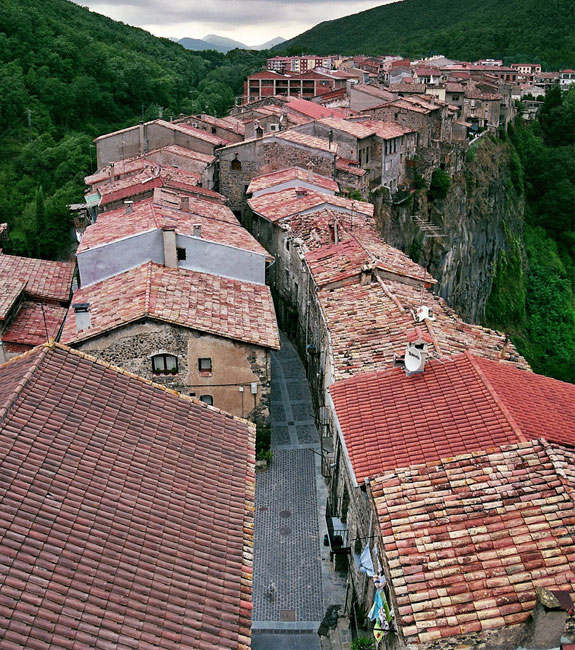 castellfollit 1 5 Amazing Towns on Perilous Cliff Sides