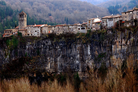 castellfollit 2 5 Amazing Towns on Perilous Cliff Sides