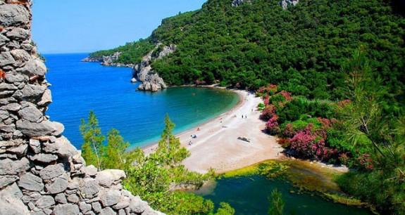 olympos turkey beach 1 575x306 Stay in an Eclectic, Inexpensive Mediterranean Treehouse