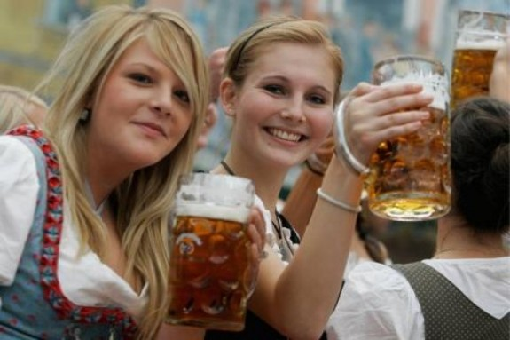 chicago oktoberfest women 575x383 The Best Oktoberfest Celebrations <br>(Outside of Europe)