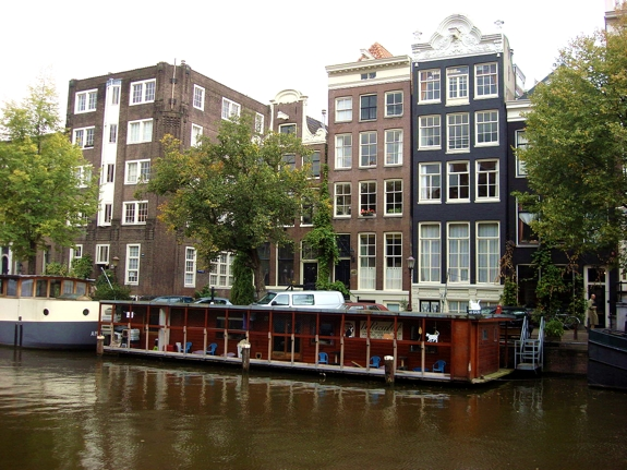 amsterdam cat boat 1 The Cat Houseboat of Amsterdam